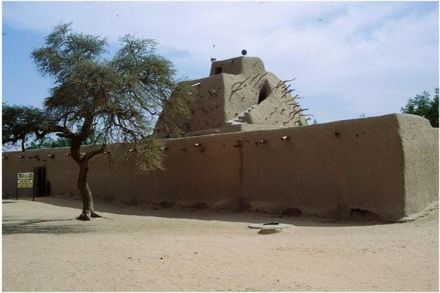 The clay building of the grave mosque of the Songhay ruler Mohammed Askia in Gao was inspired by the pyramids of Egypt